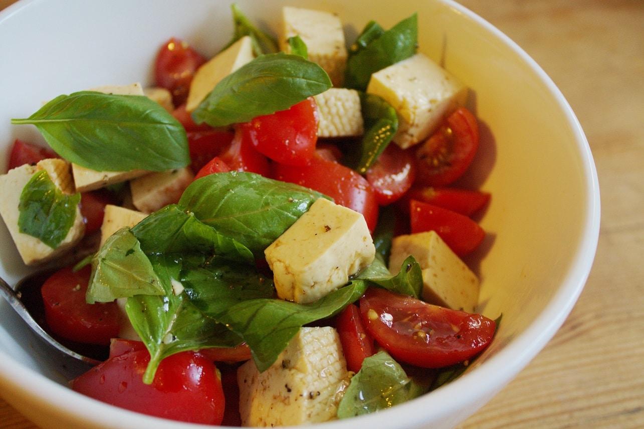 Tofusalat mit Tomate und Basilikum