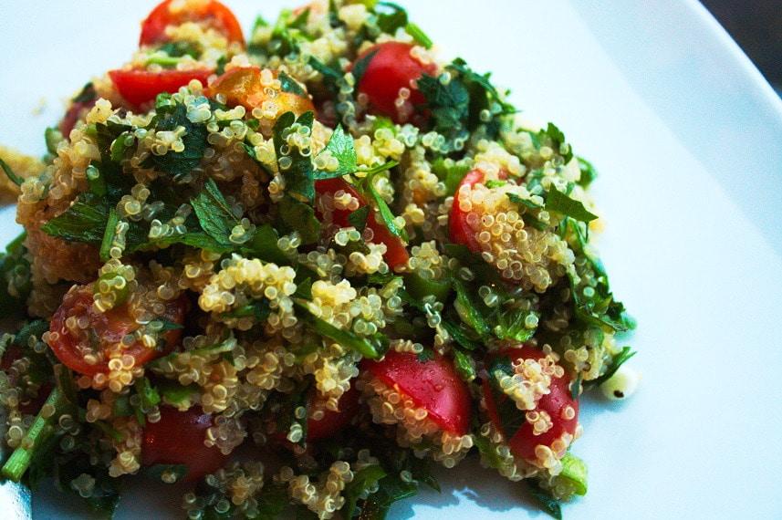 Für den veganen Salat die Tomaten und den Dill kleinschneiden