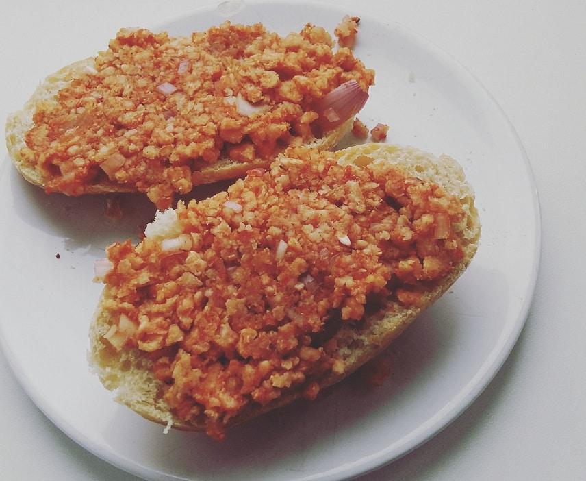 das Bild zeigt veganes Mett aus Reiswaffeln