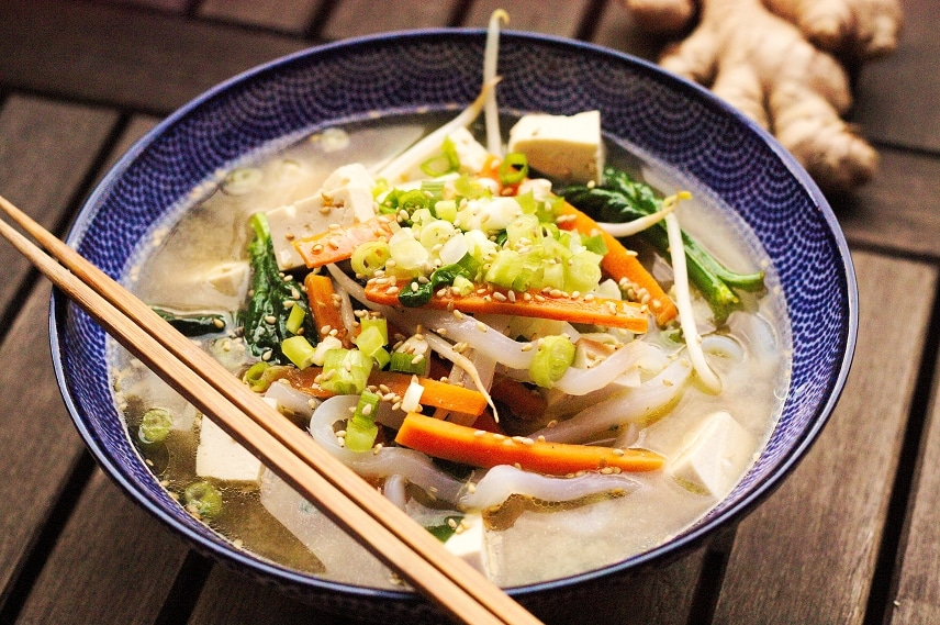 shiratakinudeln mit miso tofu suppe