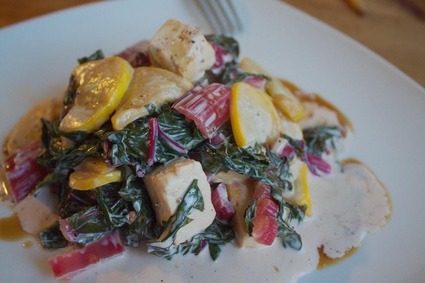 Patisson Kürbis und roter Mangold in Weißweinsauce