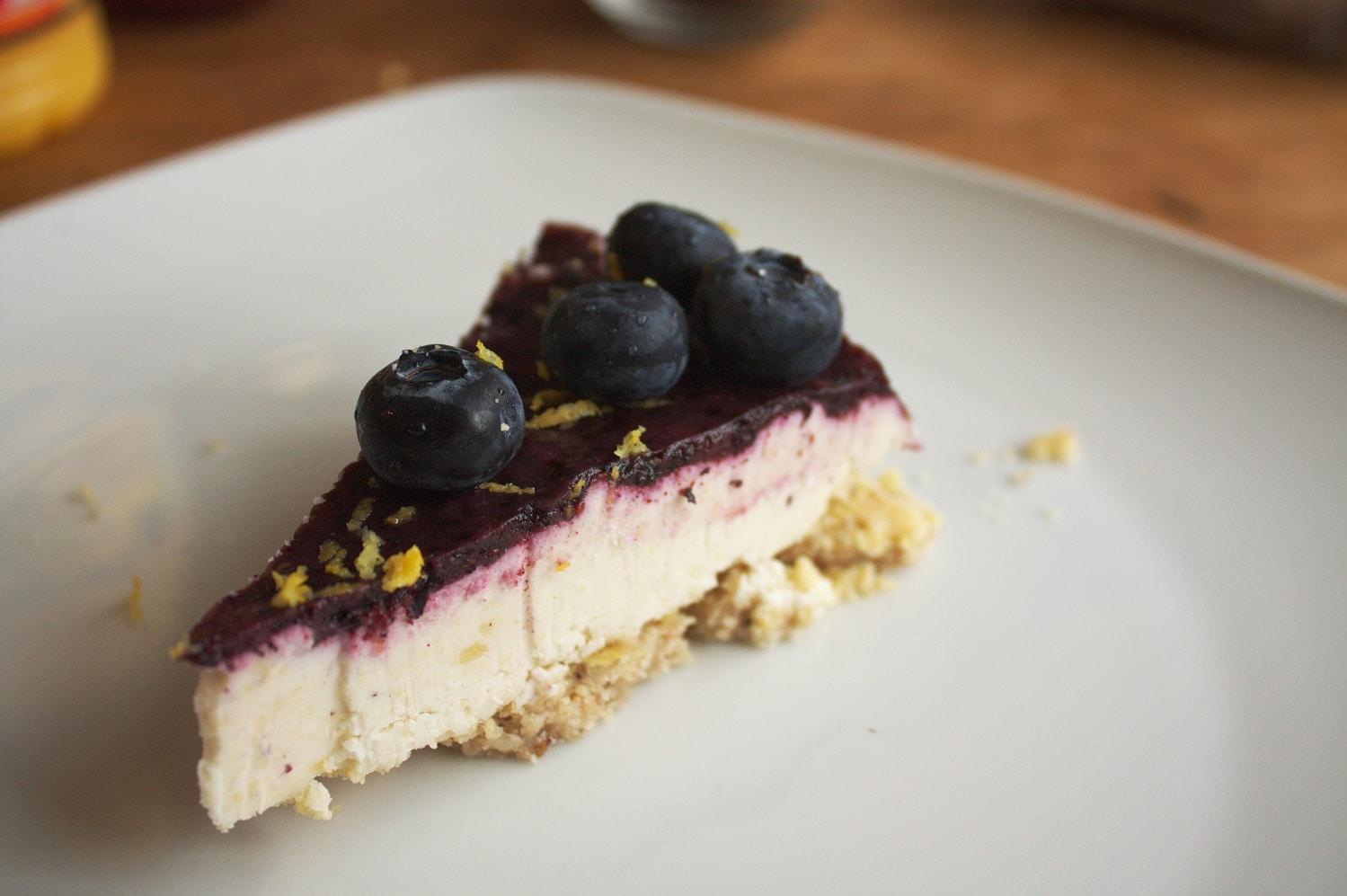 Ein Stück Blaubeer Käsekuchen vegan auf einem Teller