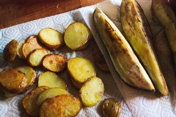 kartoffeln und auberginen gebraten