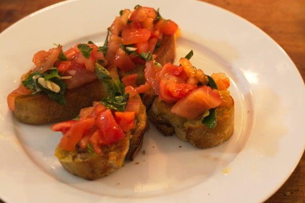 vegane bruschetta mit tomate