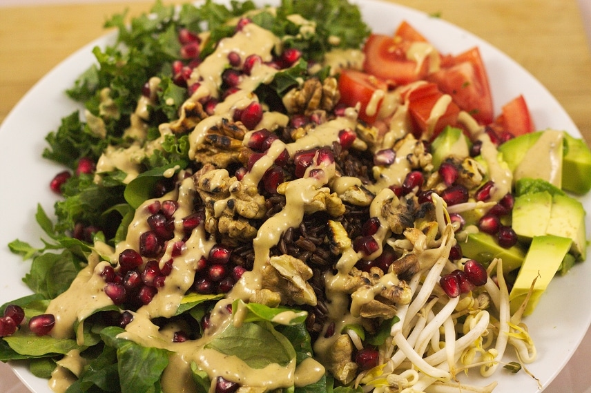 grünkohlsalat mit avocado und walnüssen