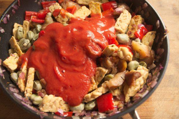 tomatenauce hinzugeben