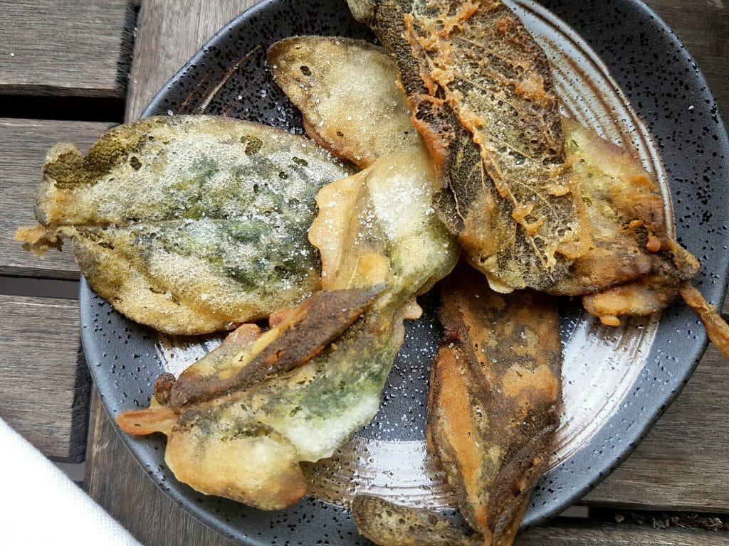 Salbeiblätter in Reismehl frittiert