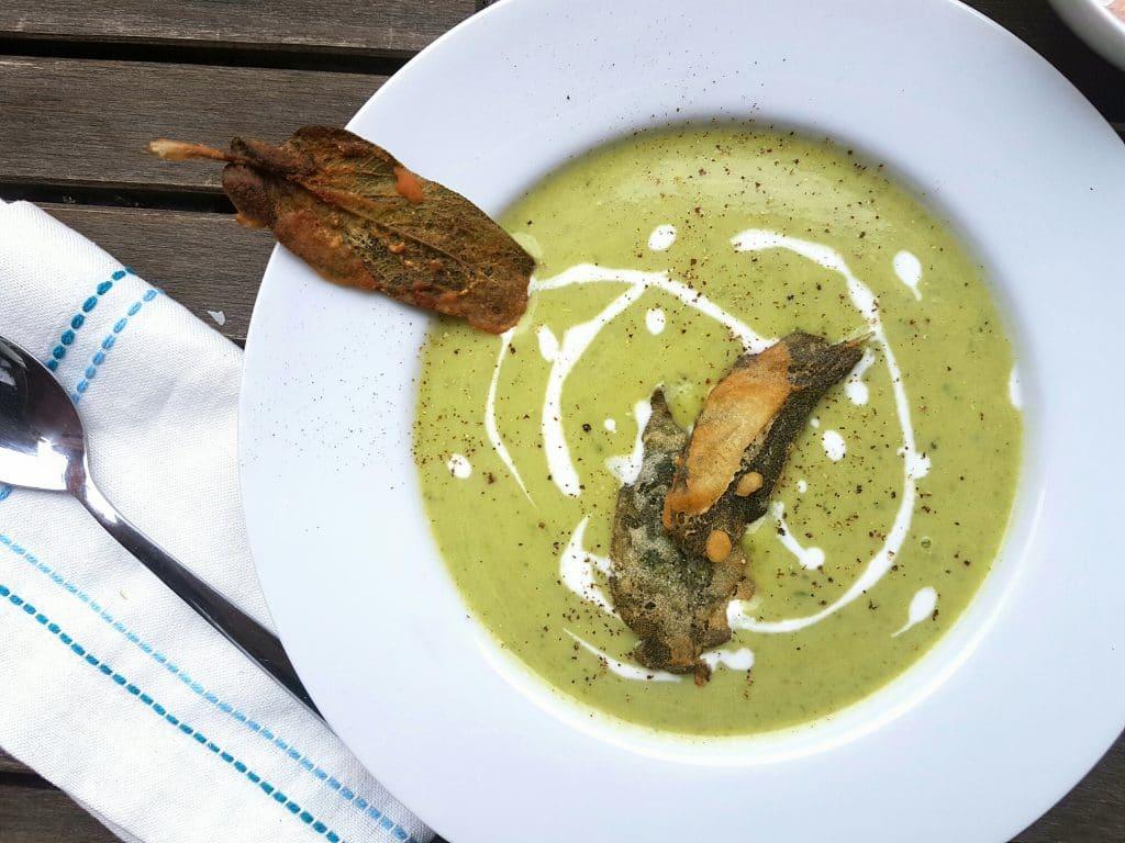 cremige zucchini-suppe mit frittierten salbeiblättern