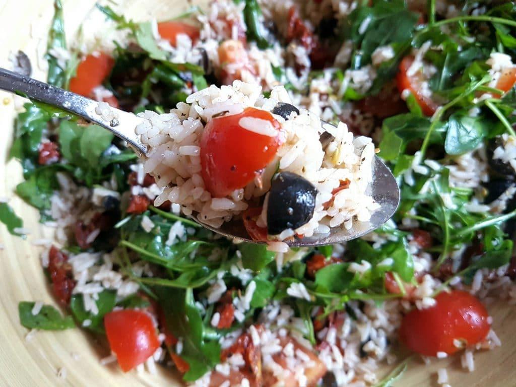 italienischer-reissalat-mit-tomaten-und-oliven