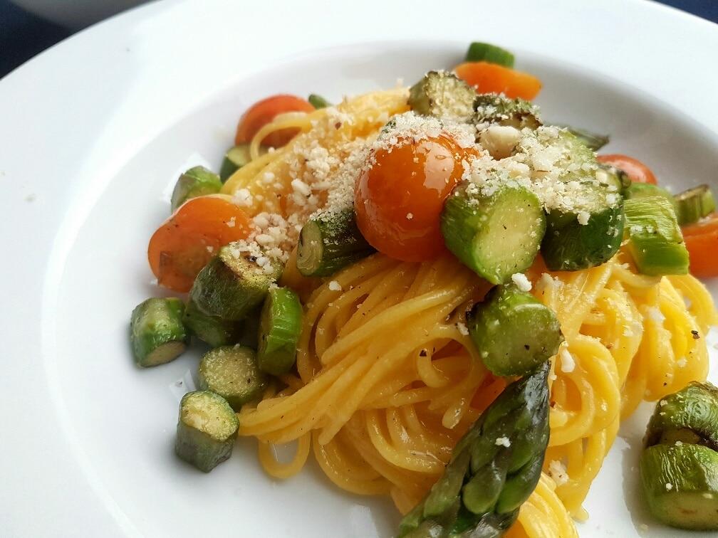 vegane pasta mit grünem spargel