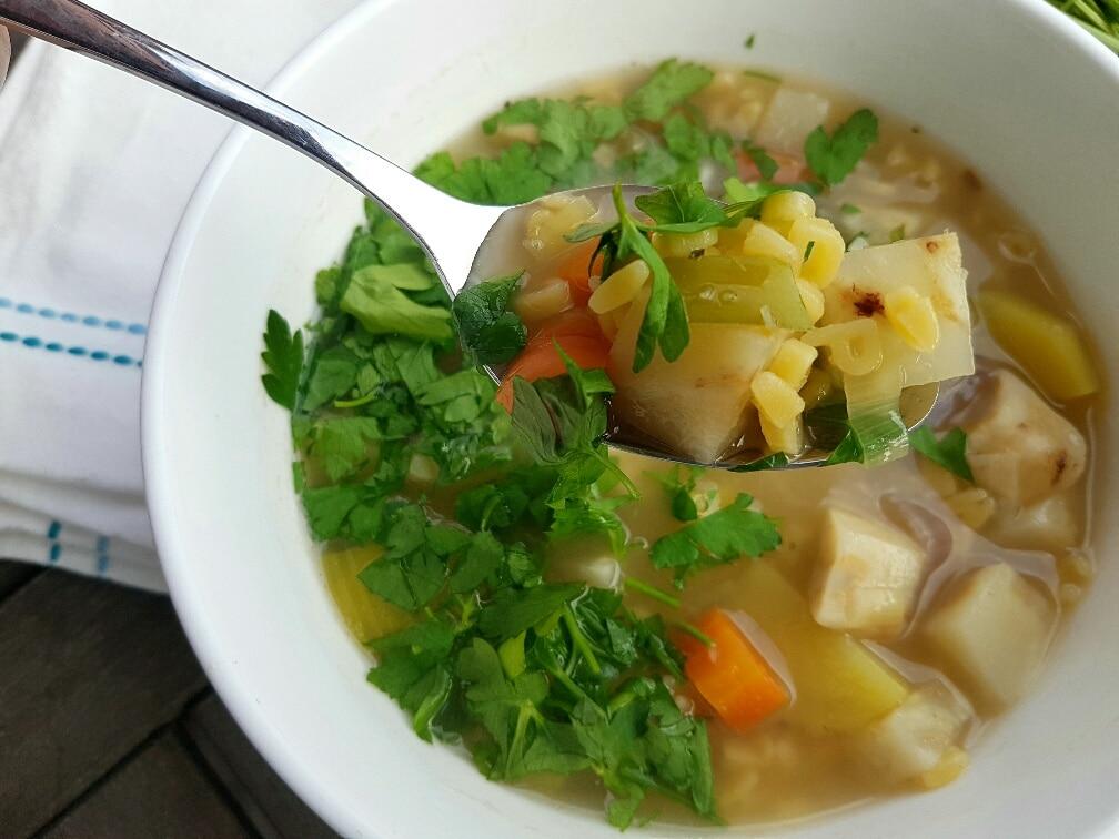 vegane und glutenfreie Buchstabensuppe mit Gemüse
