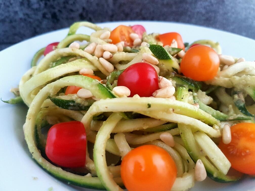 zucchininudeln rohkost mit avocado