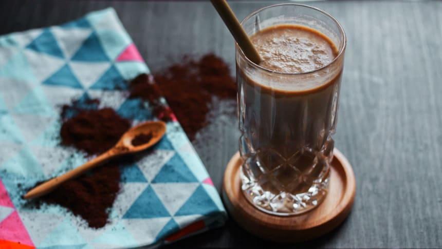 veganer bananen-kokos-smoothie mit kaffe