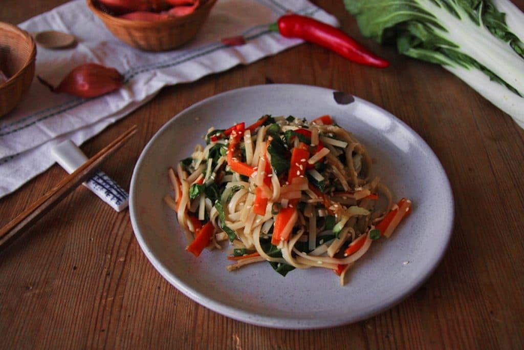 Pak Choi mit Sesam-Ingwer-Nudeln vegan