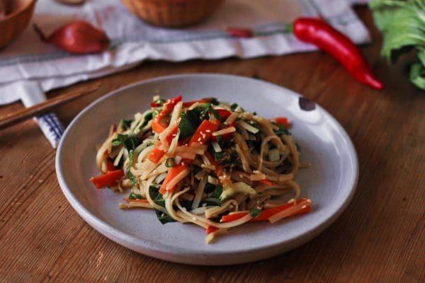 vegane Sesam-Ingwer-Nudeln mit Pak Choi