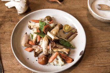 topinambur-püree mit knackickem gemüse vegan